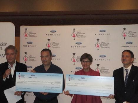 La entrega de las donaciones a Raúl Otero y Claudia Paladino
