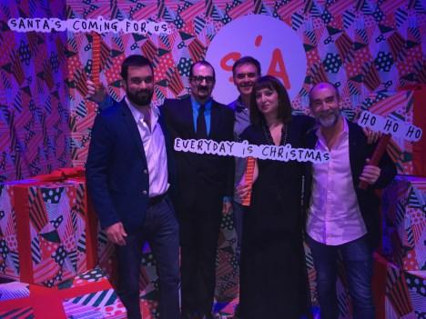 La directora de marketing María Florencia Puppo y Quique Prosen y su equipo de Aspen/Los 40 en el stand de Sia
