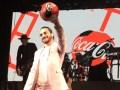 Maluma con la pelota de Coca-Cola en alto