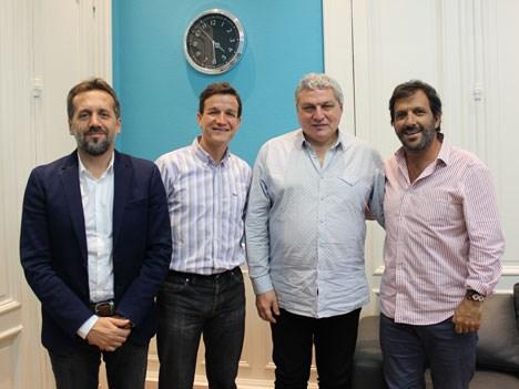 Hernán Vilaplana (Cienradios), Oscar Castellano (Deezer); Rubén Corda (Cienradios), y Luis Gabriel Castillo, Country Manager de Deezer