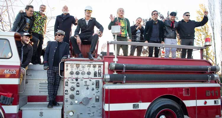 Los Deca llegando a la celebración en un camión de bomberos
