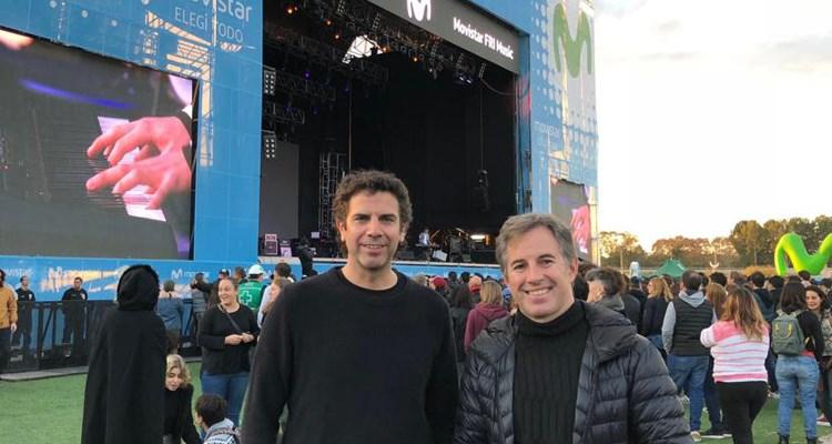 Juan Podestá, jefe de patrocinio y eventos de Movistar, junto a Alejo Smirnoff de Prensario en el Movistar FRI, previo al show de Fito Páez